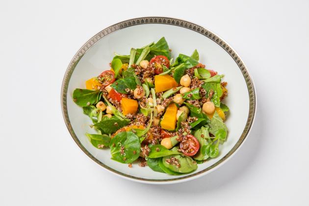 Vegan Salad with Quinoa, Chickpeas and Cherry Tomatoes