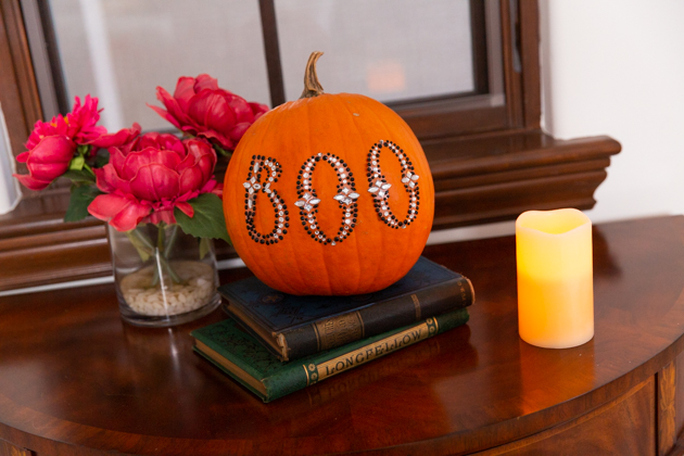 Halloween Décor Inspiration, How to Haunt the Halls on A Budget, Halloween Entertaining, Halloween Party Ideas, Lifestyle Blogger, Entertaining Ideas, Entertaining at Home, Halloween Dinner Party, Sophisticated Halloween, Halloween Candy Buffet, Skeleton Decor, Halloween Tablescape, Skeleton Tablescape, Harry Potter Decor, Hogwarts Party #entertainingathome #dinnerparty #holidayentertaining #halloweenparty #halloweenentertaining #homedecor #harrypotter #halloweentablescape #candybuffet #hogwarts