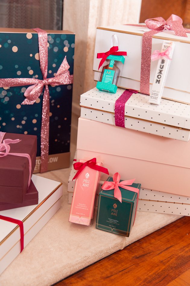 Gift Ideas for the Beauty Lover, Beauty Tips, Beauty Blogger, Luxury Beauty Products, Beauty Junkie, Glowing Skincare Routine, Skin Care Luxury, Beauty Review, Beauty Gift Ideas, Pretty Little Shoppers Blog, Gifts for the Beauty Lover, Buxom, Beauty Advent Calendar, Stocking Stuffers, Christmas, Pili Ani, Moroccanoil #beautybloggers #beautyjunkie #bestproduct #12daystoglow #skincareaddict #skincarejunkie #beautygram #skincareroutine #giftsforher #beautygifts #moroccaoil #stockingstuffers