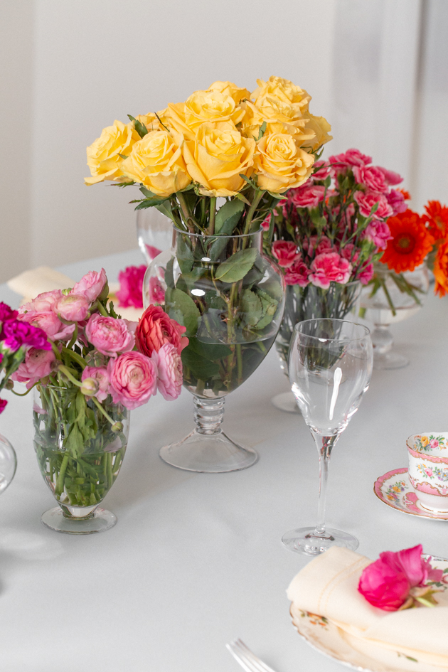 Spring Floral Tablescape and Brunch Buffet, Spring Brunch Menu, Easter Sunday, Spring Tablescape, Fresh Floral Tablescape, Entertaining at Home, Dining Room, Setting the Dining Table, Easter Sunday Ideas, Floral Dishes, Amara Living, Apothecary Jars, Lifestyle Blogger, Easy Entertaining Ideas, Pretty Little Shoppers Blog, Setting the Table #springtablescape #brunchbuffet #brunchmenu #entertainingathome #lifestyleblogger #sundaybrunch #floraltablescape #brunchideas #settingthetable