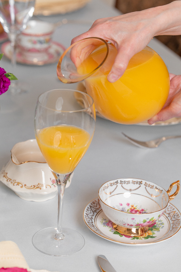 Brunch Buffet, Spring Brunch Menu, Orange Juice, Easter Sunday, Spring Tablescape, Entertaining at Home, Dining Room, Setting the Dining Table, Easter Sunday Ideas, Amara Living, Lifestyle Blogger, Easy Entertaining Ideas, Pretty Little Shoppers Blog, Setting the Table #springtablescape #brunchbuffet #brunchmenu #entertainingathome #lifestyleblogger #sundaybrunch #brunchideas #orangejuice