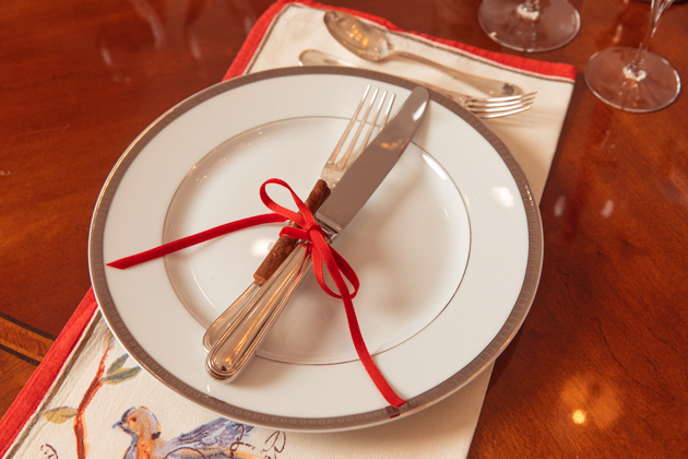 French Country Christmas Tablescape, Christmas Dinner Party Ideas, French Country Christmas Décor, Ideas for Hosting a Cozy Christmas, Christmas Decorations, Home for the Holidays, Home Interior, Holiday Ideas, How to decorate for Christmas, Entertaining at Home, Holiday Party, Lifestyle Blogger, Holidays at Home, Easy Entertaining Ideas, Tis the Season,Home Sweet Home, Holiday Entertaining Tips, Hostess with the Mostess, #FrenchCountryDecor #christmasdecorations #christmastablescape