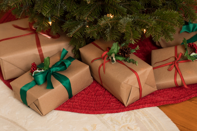 Presents under the Christmas tree, Minimalist Gift Wrapping with Brown Packing Paper, French Country Christmas Décor, Christmas Decorations, Home for the Holidays, Home Interior, Holiday Ideas, How to decorate for Christmas, Entertaining at Home, Holiday Party, Holidays at Home, Easy Entertaining Ideas, Tis the Season, Home Sweet Home, Holiday Entertaining Tips, #FrenchCountryDecor #christmasdecorations